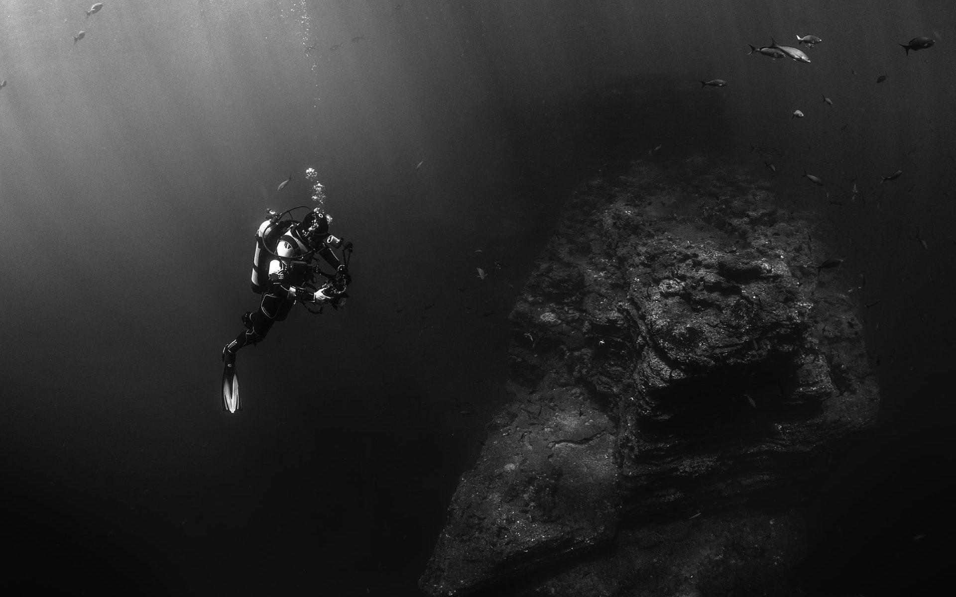 How Long Can Scuba Divers Stay Underwater